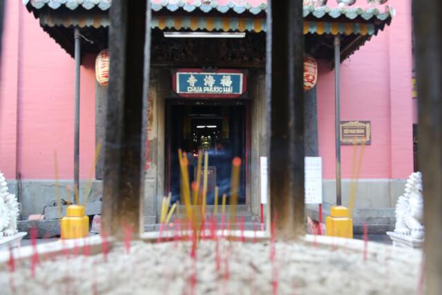 Burning incense sticks at Jade Emperor Pagoda