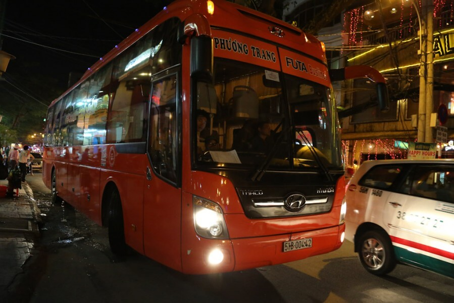 Phuong Trang bus at De Tham street
