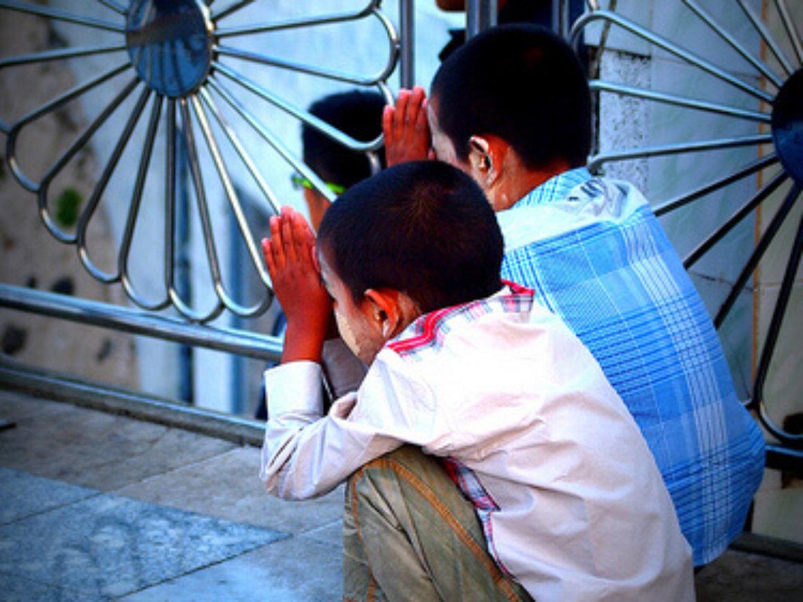 Kids praying before a meal