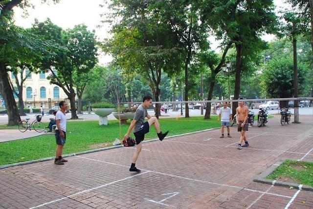 Young playing Da Cau in Hanoi